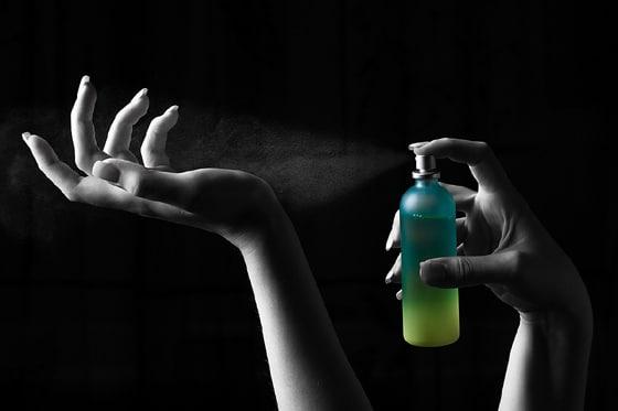 Remueva el exceso de perfume de sus manos